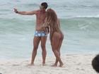 Tá rolando? Bruno Miranda curte praia com Ana Paula Evangelista
