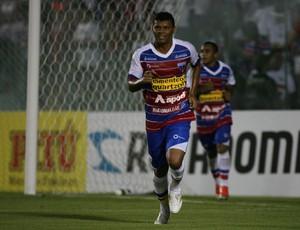 Diego Neves comemora gol do Fortaleza contra o Tiradentes pelo Cearense (Foto: Kid Júnior/ Agência Diário)
