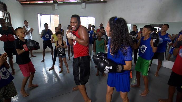 Maria Menezes faz aula de boxe no Candeal  (Foto: TV Bahia)