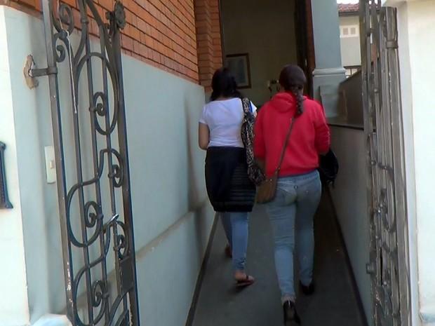 Vítima e a mãe foram à DDM de Piracicaba para registrar queixa (Foto: Wesley Justino/EPTV)