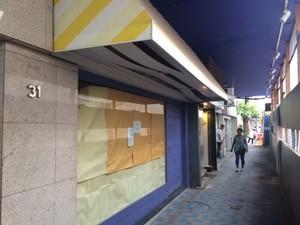 Dono deste estabelecimento depreciou preço em R$ 10 mil, mas imóvel continua desocupado  (Foto: Guilherme Brito / G1)