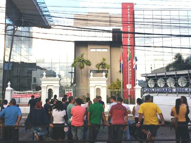 Ato de policiais civis em frente ao Palácio do Governo cobra melhorias para a classe (Foto: Lucas Leite/ G1)