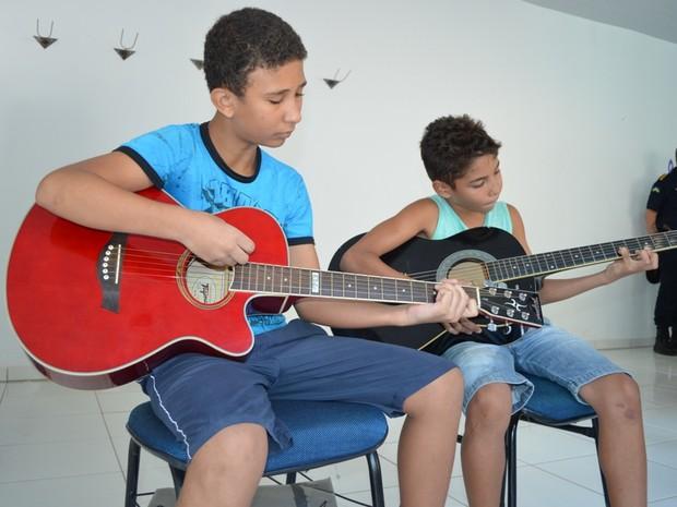 Aulas de violão são realizadas na base da PM em Cacoal (Foto: Rogério Aderbal/ G1)