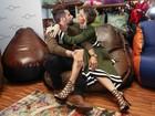 Bruno Gagliasso e Giovanna Ewbank trocam beijos em shopping