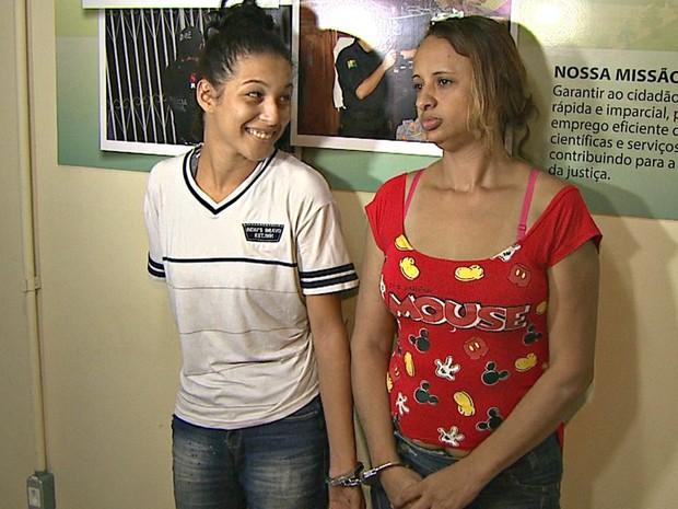 Sorrindo, mulher diz que não tem mais como chorar, após ser presa com 42,5 quilos de maconha (Foto: Reprodução/Rede Amazônica Acre)