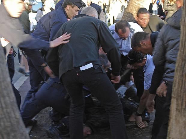 Homem é detido pela polícia durante o Festival de Cannes, após tiros assustarem atores durante entrevista nesta sexta-feira (17) (Foto: Reuters/Nathan Gourdol )
