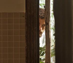 Com arma em punho, o vilão observa o casal (Foto: TV Globo)
