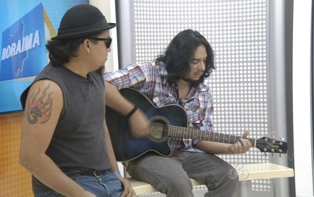 Alguns dos integrantes da banda 'Mister Jungle' nos estúdios do Roraima TV (Foto: Roraima TV)