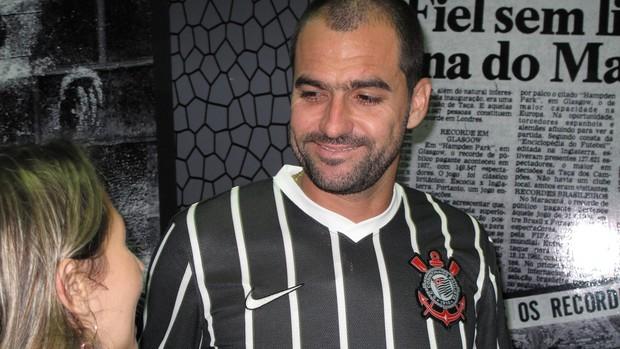 Danilo visita loja Corinthians (Foto: Rodrigo Faber)