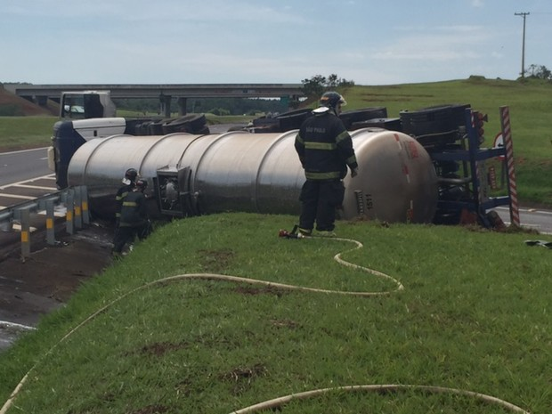 Caminhão com etanol tomba na rodovia Castelo Branco nesta sexta-feira (27) (Foto: Divulgação/Agência 14News)