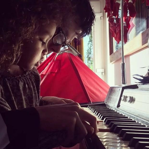 Asa Butterfield com a irmã, Marlie (Foto: Reprodução/Instagram)