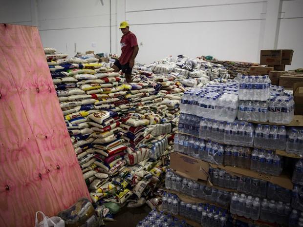 Centro de Convenções de Mariana ficou cheio de doações dos mais diversos tipos (Foto: Fábio Tito/G1)