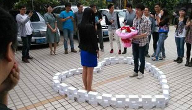 Chinês comprou 99 iPhones para pedir mão de namorada, mas levou não (Foto: Reprodução/Weibo)