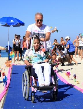 Kadu Moliterno, ex-BBB, em desfile beneficente (Foto: Cleomir Tavares/Divulgação)