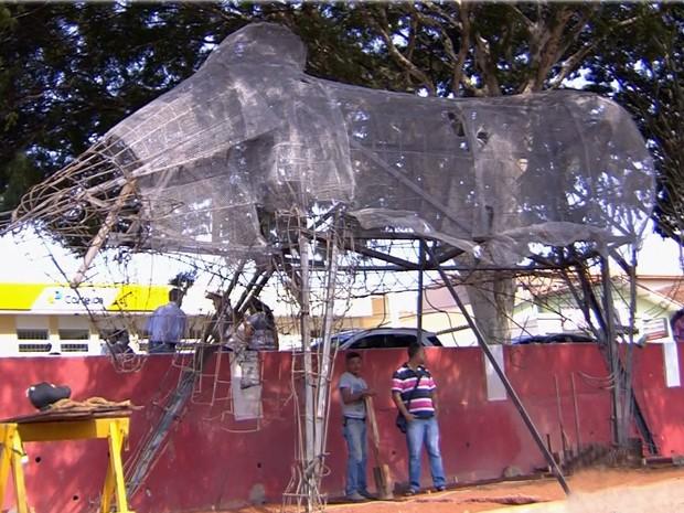Estátua do Boi sem Coração começa a ser erguida em Ouro Fino, MG (Foto: Reprodução EPTV)