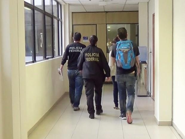Presa, mulher foi levada para exames de corpo de delito e depois para a sede da Polícia Federal, em Natal (Foto: Divulgação/PF)