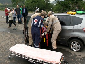 Mulher ficou presa às ferragens (Foto: Reprodução/ TV Gazeta)