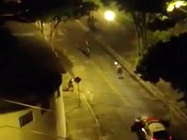 Imagem mostra homem sendo com a arma para o alto sendo atingido pelos policiais militares em São José dos Campos. (Foto: G1)