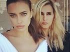 Irina Shayk, noiva de Cristiano Ronaldo, faz 'selfie' decotada