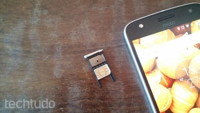 Inserindo o chip na bandeja  (Foto: Felipe Alencar/TechTudo)