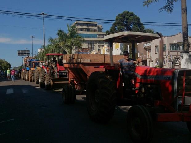 protesto chapecó tratores (Foto: Luis Lopes/ RBS TV)