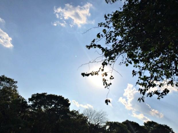 Céu com poucas nuvens em tarde quente de Campo Grande (Foto: Isabela Cavalcante/G1 MS)