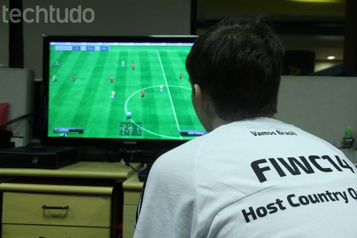 Rafael Salles aproveitou a visita ao TechTudo para jogar uma partida de um de seus jogos preferidos: Fifa 14 (Foto: Zíngara Lofrano/ TechTudo)