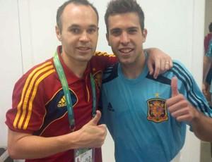 Iniesta e Jordi Alba (Foto: Reprodução / Twitter)