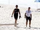 Tony Ramos faz exercícios na praia com personal trainer