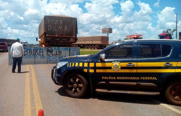 Caminhoneiros protestam contra preço dos combustíveis em Jataí, Goiás (Foto: Divulgação/PRF)
