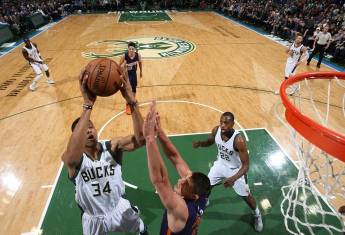 Giannis Antetokounmpo, dos Bucks, jogando contra o Phoenix Suns, de Leandrinho (Foto: Gary Dineen/NBAE via Getty Images)