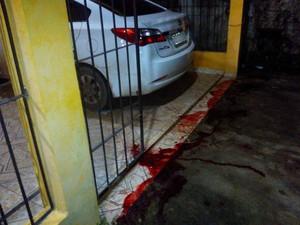 Cão Luiz foi morto em frente à casa da família, no bairro São Lázaro (Foto: Ângela Miranda/Arquivo Pessoal)