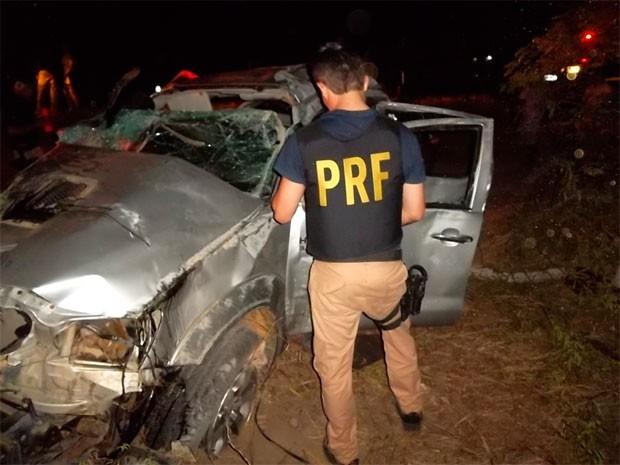 Veículo onde a droga estava ficou destruído após capotar na BR 101 (Foto: Cedida/PRF)