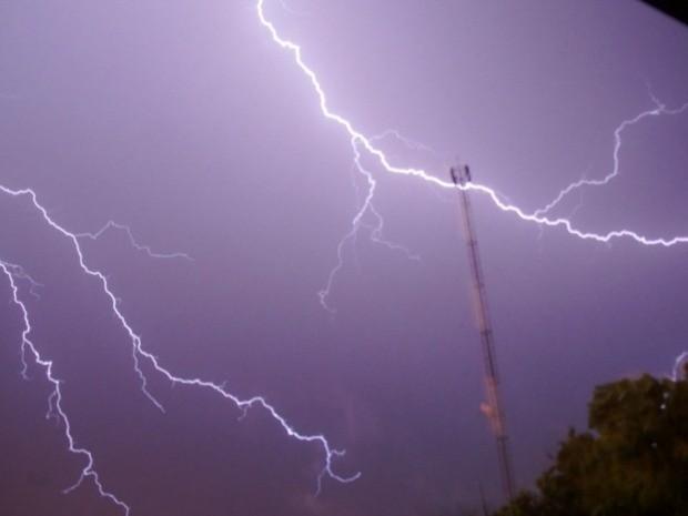Raios clareiam o céu em Mato Grosso do Sul (Foto: Reprodução/ TV Morena)