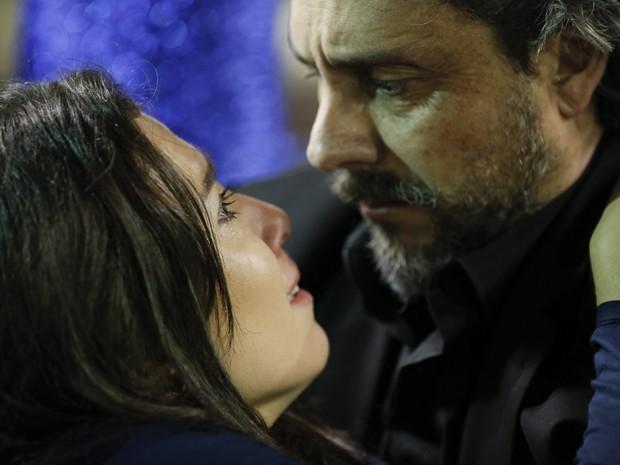 Cora agoniza nos braços de José Alfredo (Foto: Felipe Monteiro/ Gshow)