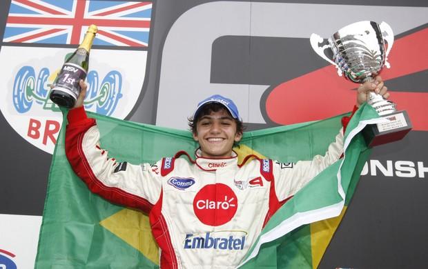 Com a bandeira do Brasil, Pietro Fittipaldi celebra sua primeira vitória da carreira na Europa (Foto: Divulgação)