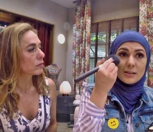 Mag Halat finaliza a maquiagem sob o olhar de Cissa Guimarães (Foto: TV Globo)