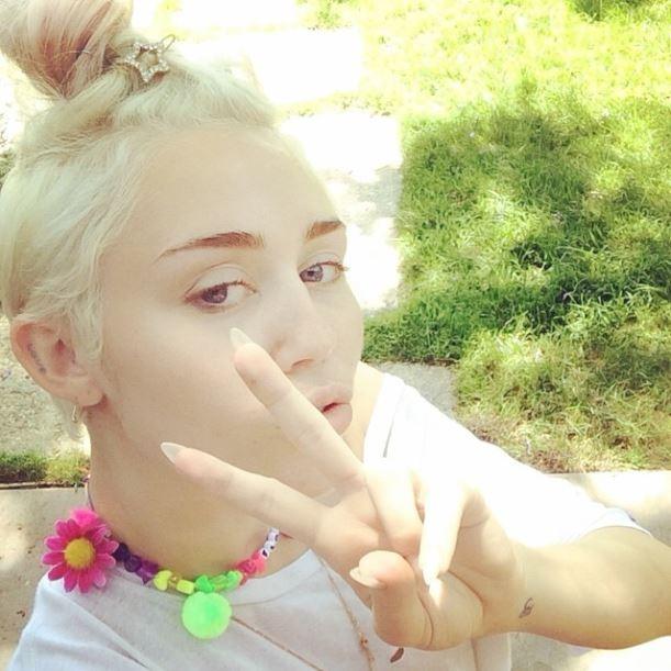 Miley Cyrus mostra colar de bijuteria (Foto: Reprodução_Instagram)