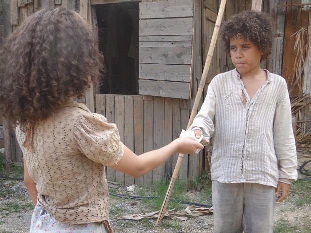 Madá entrega mapa a Elias (Foto: Lado a Lado/TV Globo)