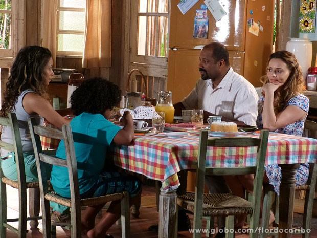 Droalice não gosta nada de ver Quirino pedir para Nicole ficar  (Foto: Flor do Caribe / TV Globo)