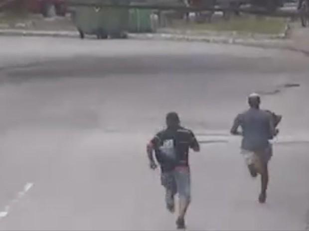 Após o roubo, dupla saiu correndo para o Morro São Bento (Foto: Reprodução/Prefeitura de Santos)