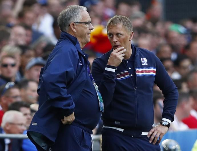 Heimir Hallgrimsson conversa com Lars Lagerback durante jogo da Islândia (Foto: REUTERS/Eddie Keogh)