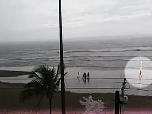 Vídeo registra momento exato em que turista é ferida por raio em praia de SP (Foto: Reprodução/TV Tribuna)
