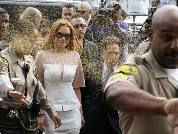 Lindsay Lohan é atingida por 'pó amarelo' ao chegar a tribunal em Los Angeles (Foto: Damian Dovarganes/AP)