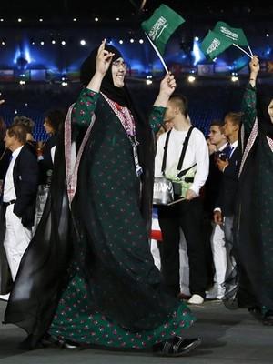 Wojdan Ali Seraj Abdulrahim Shaherkani, na cerimônia de abertura, na sexta-feira (28) (Foto: Matt Dunham/AP)