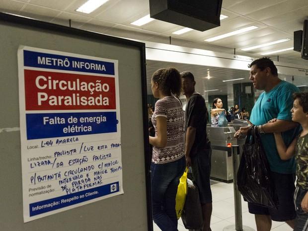 Cartaz informa que a circulação nos trens da Linha 4 Amarela em São Paulo foi interrompida pela falta de energia (Foto: Fernando Zamora/Futura Press/Estadão Conteúdo)