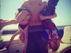 De cabeça para baixo: Justin Bieber faz farra com os irmãos