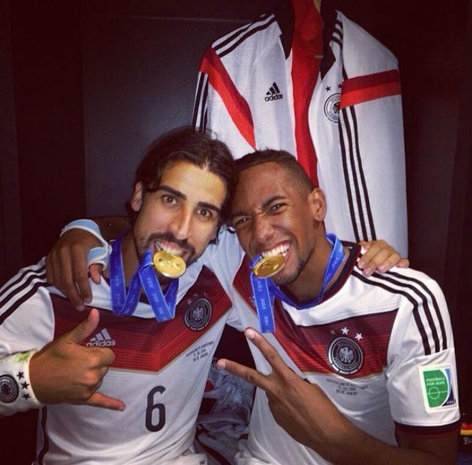 Khedira e Boateng mordendo a medalha de ouro da Alemanha (Foto: Reprodução/Instagram)
