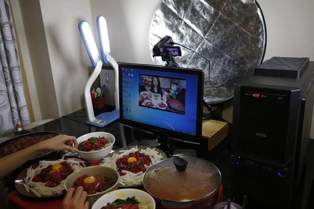 Usuários adeptos do 'voyeurismo gastronômico' assistem à 'Diva' fazer suas refeições online (Foto: Kim Hong-Ji/Reuters)