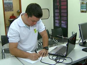 Pesquisador da USP São Carlos desenvolve caneta contra falsificação de assinaturas (Foto: Ely Venâncio)